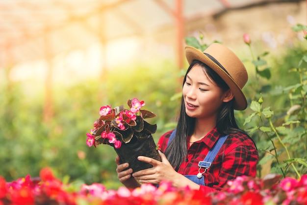 Agriculture, jardin d'agriculteur soin de fille de jardin.