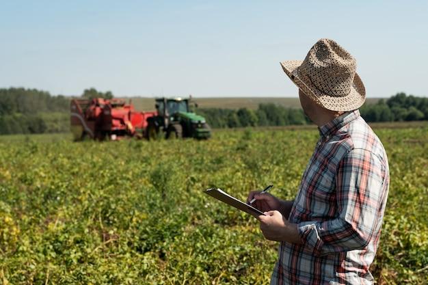 L'agronome enregistre des données sur l'image agricole de récolte