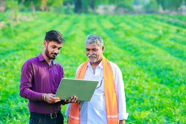 Agronome indien avec agriculteur au champ