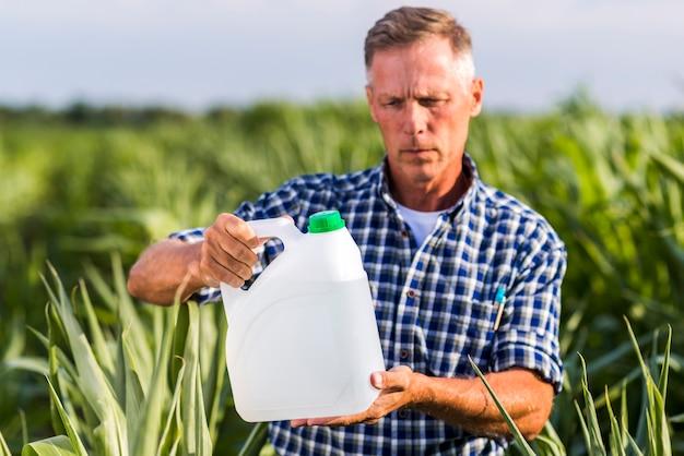 Un agronome lisant sur un insecticide peut