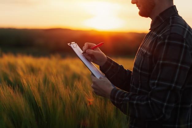 L'agronome prend des notes dans un dossier