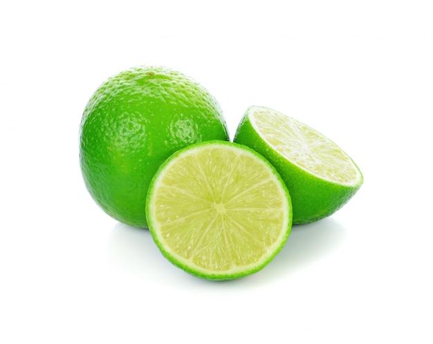 Agrumes citron vert isolé sur blanc