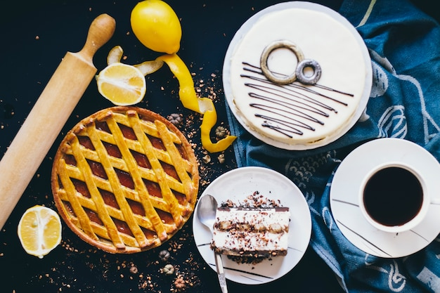 Agrumes et desserts près du café