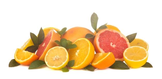 Agrumes. divers agrumes avec des feuilles de citron, orange, pamplemousse