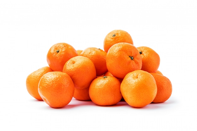 Agrumes de mandarine mûres isolés