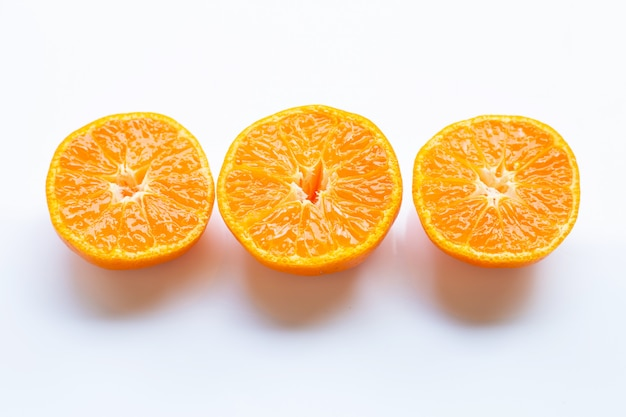 Agrumes orange frais sur blanc