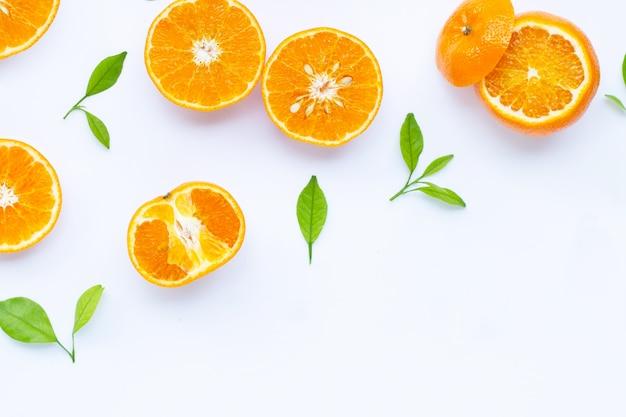 Agrumes orange frais avec des feuilles isolées sur fond blanc.