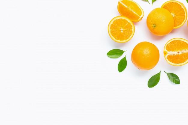 Agrumes orange frais avec des feuilles isolés sur blanc.
