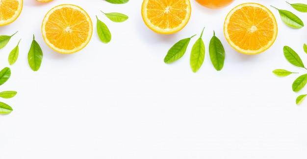 Agrumes orange frais avec des feuilles isolés sur fond blanc.