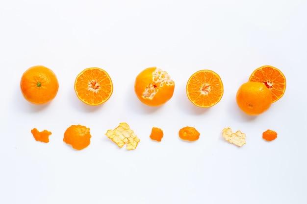 Agrumes orange frais isolés sur blanc.