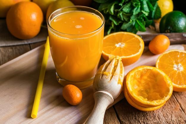Agrumes oranges citrons citron vert, menthe fraîche, alésoir, jus en verre