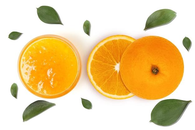 Agrumes oranges frais avec des feuilles et de la confiture isolés sur fond blanc