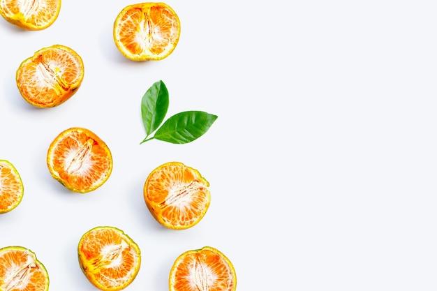 Agrumes oranges frais isolés sur fond blanc. juteux, sucré et riche en vitamine c