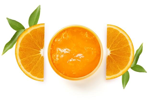 Agrumes oranges savoureux frais avec des feuilles et de la confiture d'isolement sur le blanc