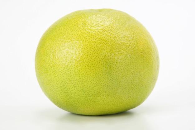 Agrumes. pamplemousse frais sur surface blanche