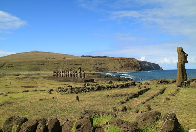 Ahu tongariki, le plus grand ahu de l'île de pâques avec l'océan pacifique à l'arrière, le chili