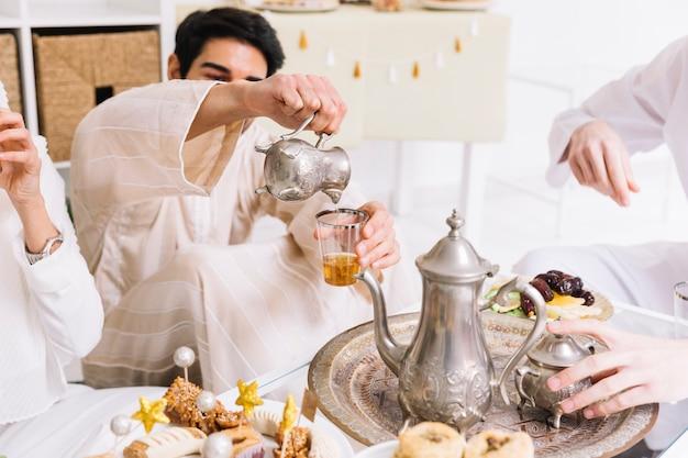 Aïd al-fitr concept avec du thé et des amis