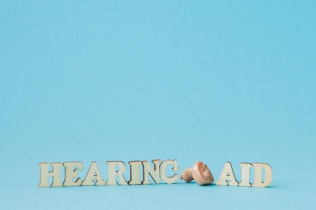 Aide auditive sur bleu