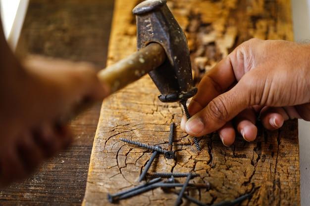 À l'aide d'un marteau et clouer du bois