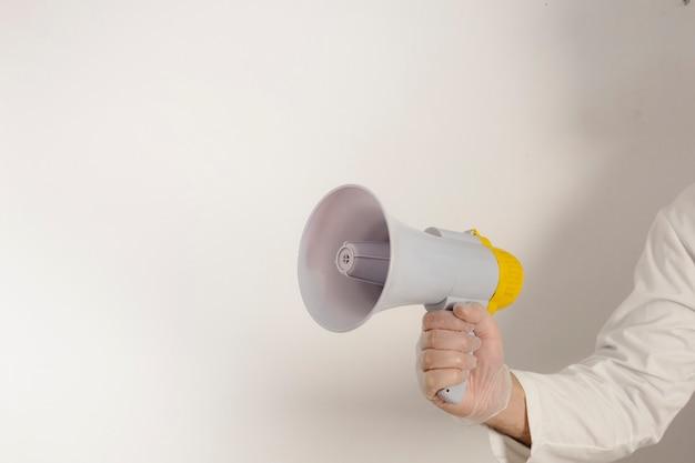 À l'aide de mégaphone sur fond blanc, copiez l'espace