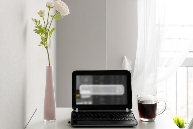 À l'aide d'un ordinateur portable ou d'un ordinateur à la recherche d'informations sur le réseau social en ligne sur internet avec l'icône du champ de recherche et l'espace de copie.