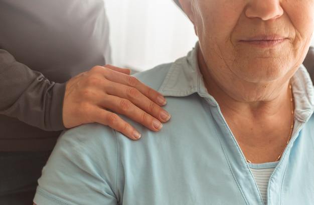Aide et soutien aux personnes âgées. une infirmière s'inquiète pour une vieille femme.