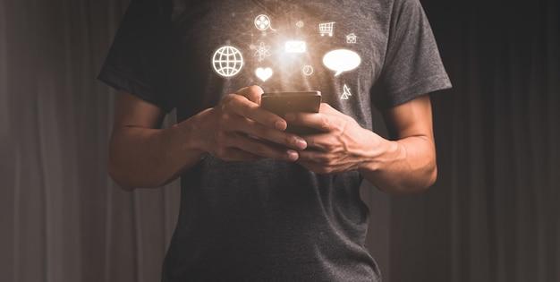 À L'aide D'un Téléphone Intelligent Avec Des Icônes De Notification Concept De Marketing Des Médias Sociaux Photo Premium