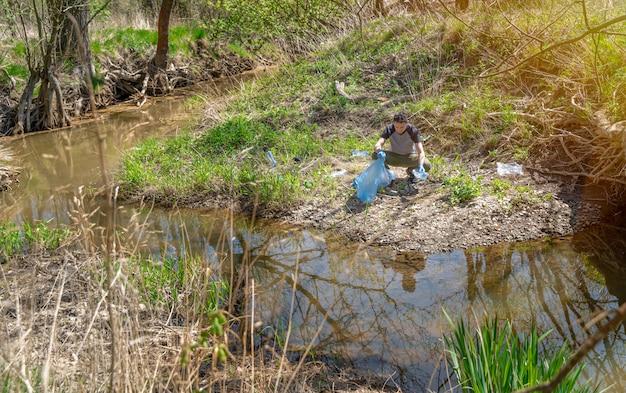 Aider l'écologie de la planète en ramassant les ordures dans la nature