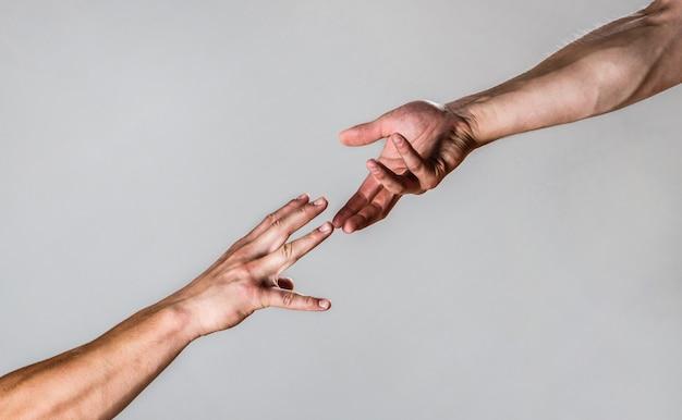 Aider la main tendue, bras isolé, salut. gros plan de la main d'aide.