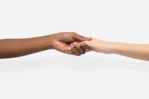 Aider les mains tenant le geste de charité