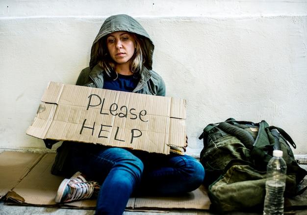 Aider une personne qui tient un adulte sans abri mendiant