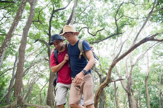 Aidez un ami à marcher pendant la randonnée