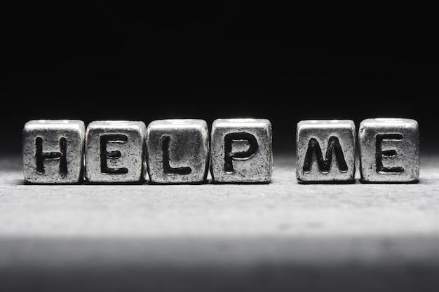 Aidez-moi à concevoir. inscription 3d sur des cubes métalliques sur fond noir gris isolé