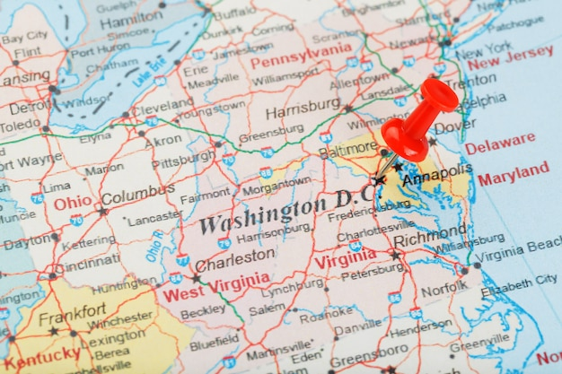 Aiguille de bureau rouge sur la carte des états-unis, du sud de washington, dc et de la capitale de richmond. close up map of dc avec tack rouge