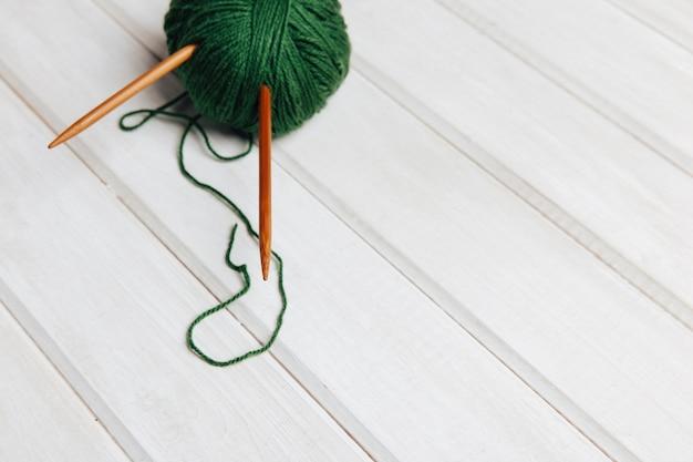 Aiguilles en boule de laine verte