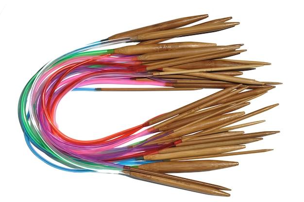 Aiguilles à tricoter circulaires en bambou sur fond blanc.