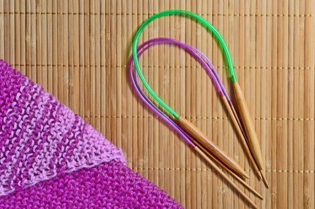 Des aiguilles à tricoter circulaires se trouvent à côté des plages.