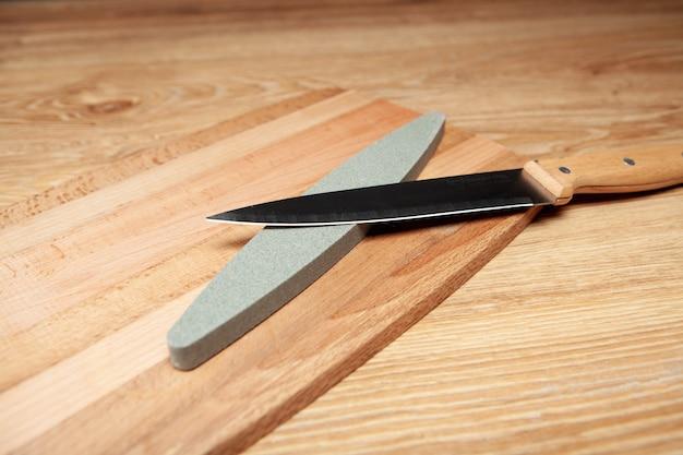 Un aiguiseur de pierre et un couteau sur la table