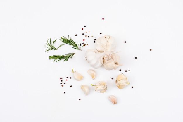 Ail blanc aux verts et au poivre en poudre