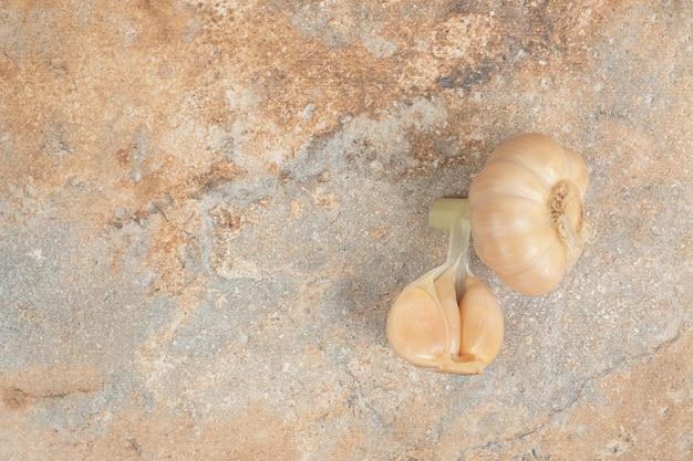 L'ail fermenté fait maison sur la surface en marbre
