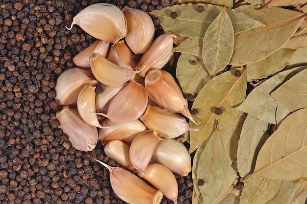 Ail, feuilles de laurier et fond de grains de poivre