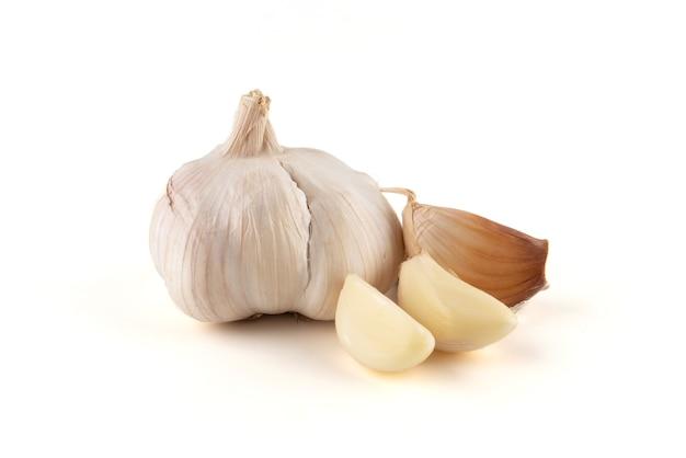 L'ail sur fond blanc, l'ail est une plante médicinale et est une sorte d'épice.