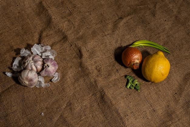 Ail frais et autres remèdes naturels contre le rhume sur fond d'un sac