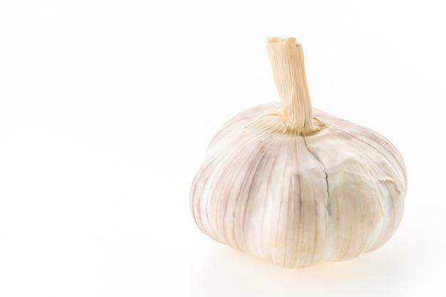 L'ail frais sur fond blanc