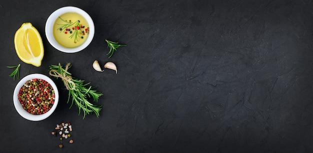 L'ail, l'huile et les épices sur fond noir