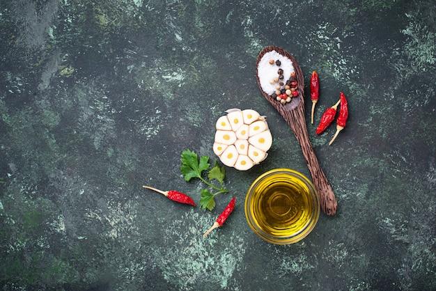 Ail tranché, poivron rouge, persil et huile.