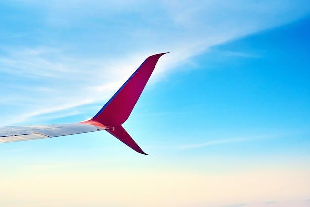 Aile d'avion et ciel bleu avec des nuages