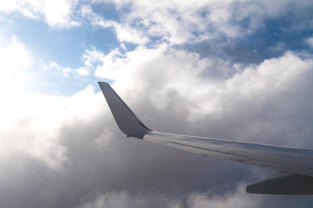 Aile d'un avion sur le ciel bleu