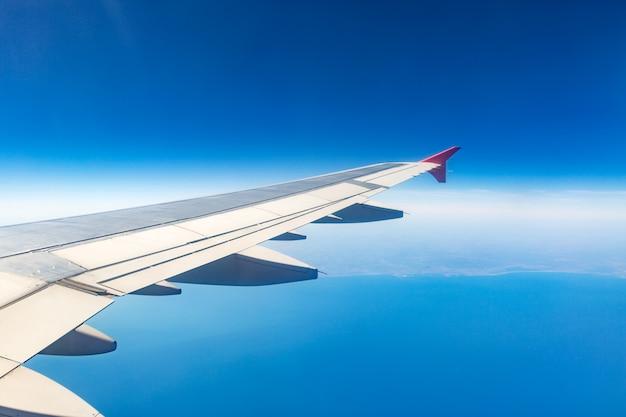 Aile d'un avion. concept de voyage. aile d'avion sur les nuages