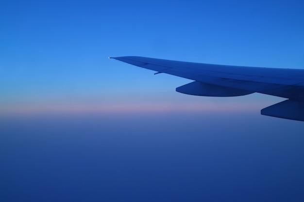 Aile de l'avion contre le beau ciel bleu du matin pendant le vol